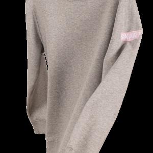 grijze sweater met borduursel op de mouw